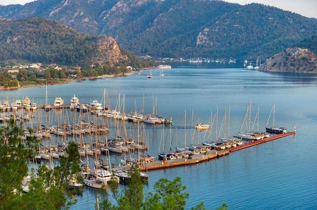 Vista dall'alto delle numerose barche e yacht di lusso nel porto turistico al tramonto nel mar mediterraneo.mugla.turchia