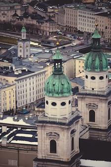 Vista dal punto più alto sui vecchi tetti della città di salisburgo, austria