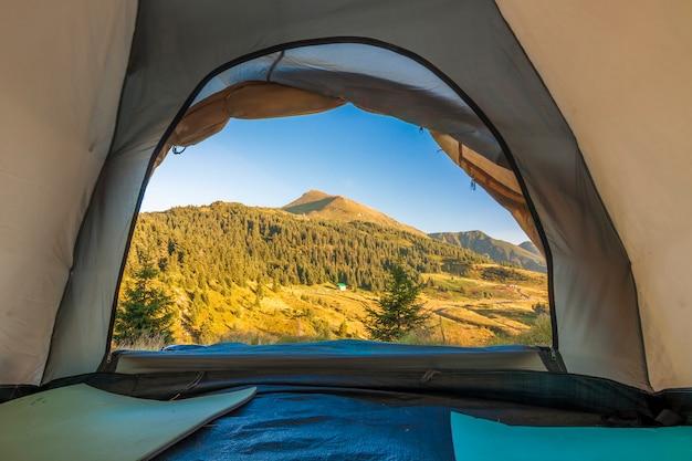 Vista dall'interno della tenda turistica di escursionisti in montagna