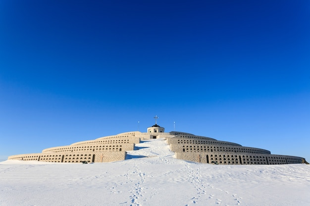 Una vista dal monumento ai caduti della prima guerra mondiale del monte grappa, italia.panorama invernale.