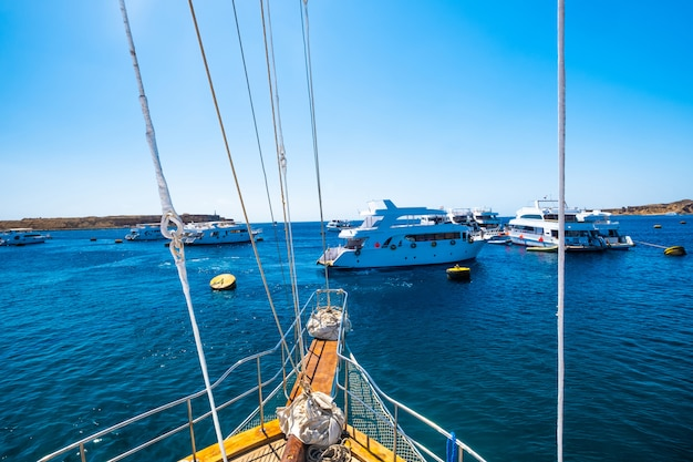 Vista dall'yacht del motore sul mare blu