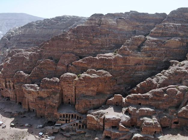 Vista dall'alto una delle più importanti città antiche del patrimonio mondiale, la vera perla di tutto il medio oriente - la città nabaziana di petra. ottimo posto storico in giordania