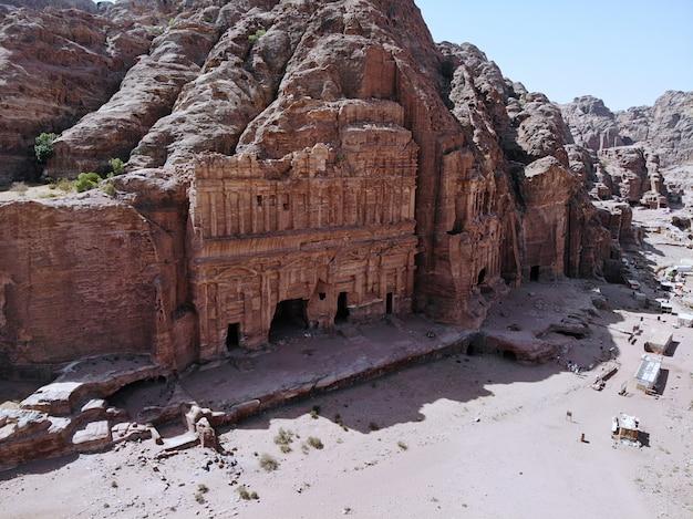 Vista dall'alto una delle più importanti città antiche del mondo. patrimonio mondiale dell'unesco, la vera perla di tutto il medio oriente, la città nabaziana di petra. ottimo posto storico in giordania