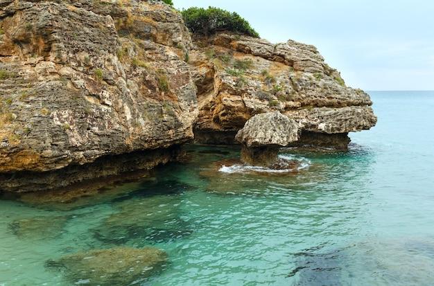 Vista dalla spiaggia di porto zorro. vista della costa estiva grecia, zante, mar ionio.