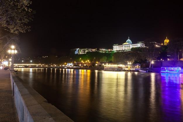 Vista dalla riva destra del fiume kura al palazzo presidenziale.