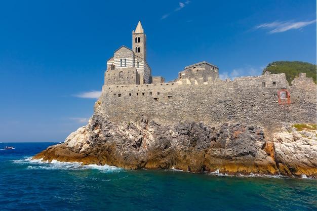 Vista dal mare di porto venere con la chiesa gotica di san pietro, riviera ligure, liguria, italia.