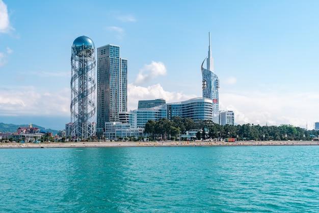 Vista dal mare al paesaggio urbano della città di villeggiatura con i grattacieli e la torre dell'alfabeto a batumi