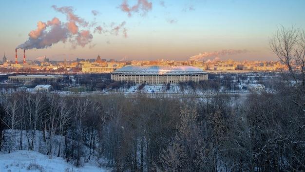 Vista dalle sparrow hills a mosca presso lo stadio luzhniki al tramonto in inverno