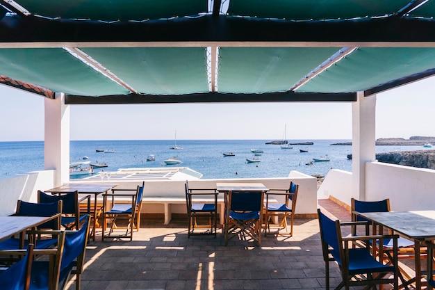 Vista da una terrazza di un bar con vista sul mare in una soleggiata giornata estiva