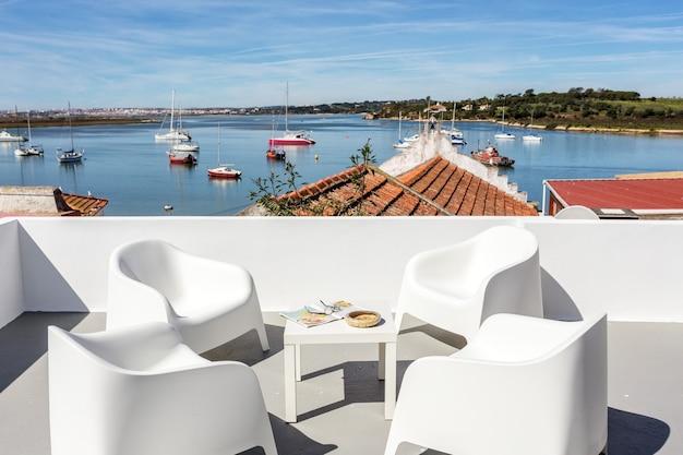 Vista dalla terrazza, sulla baia con yacht nella città di alvor.
