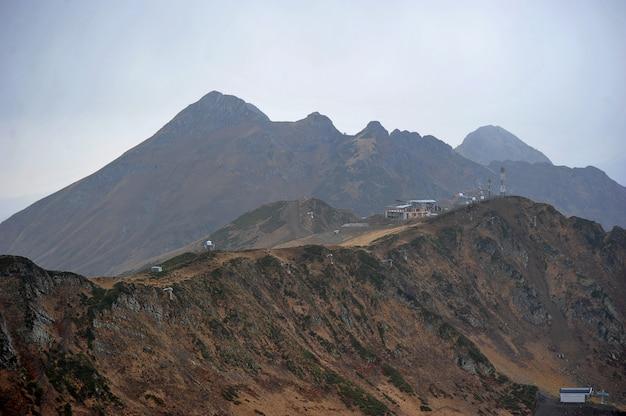 La vista dalla cima della montagna saliva il picco di rosa khutor, sochi