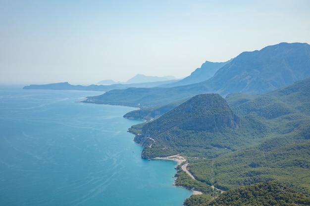 Vista dall'alto sulle montagne lungo la costa del mare nei pressi di antalya, vista dalla funivia tunektepe in turchia