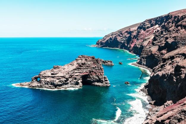 Vista dall'alto della spiaggia di roque santo domingo a la palma, isole canarie