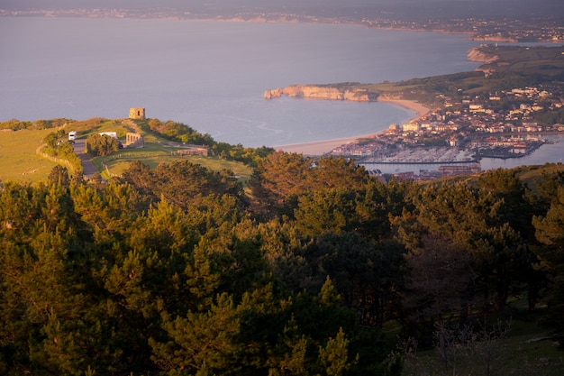 Vista dalla baia di txingudi con la foce del fiume bidasoa tra irun, hondarribia e hendaia nei paesi baschi.