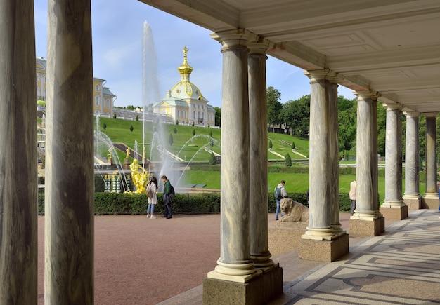 La vista dal padiglione voronyanskogo colonnato di marmo in lontananza un edificio speciale