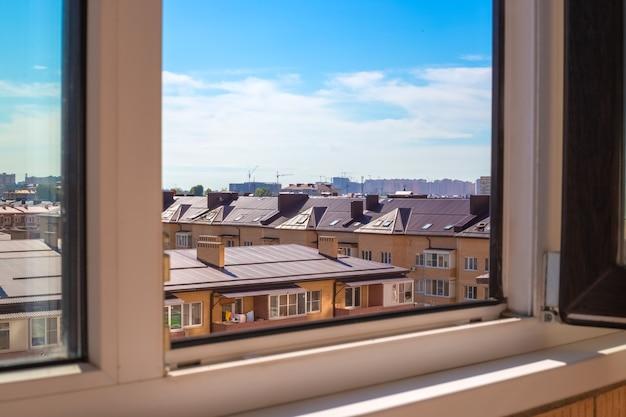 Vista dalla finestra di un edificio a più piani su un nuovo villaggio di case in mattoni. edilizia e immobiliare.