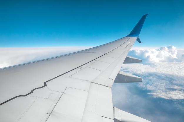 Vista dalla finestra di un aereo passeggeri sopra le nuvole. trasporto internazionale di merci, viaggi aerei, trasporti, viaggi aerei, vacanze. copia spazio.