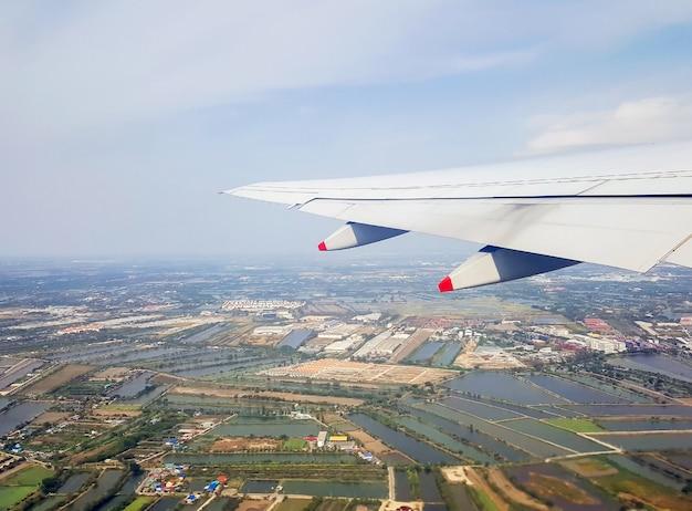 La vista dal finestrino dell'aereo mentre si vola nel cielo.
