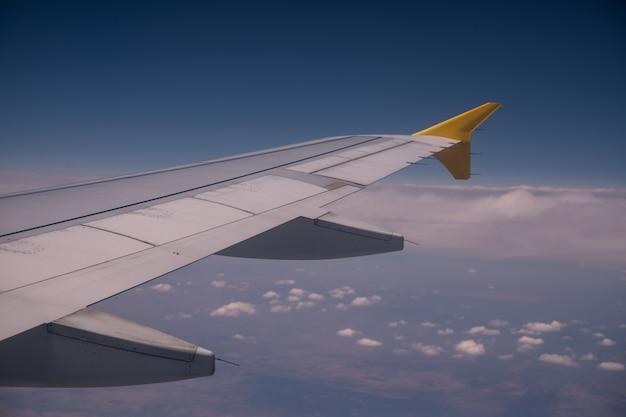 Vista dalla finestra di un aereo vicino all'ala.