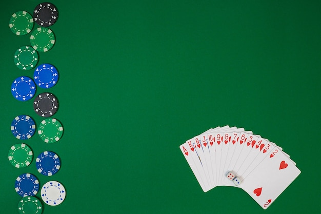 Vista dall'alto con copia spazio. modello di layout del modello di banner per casinò online. tavolo verde, vista dall'alto sul posto di lavoro.