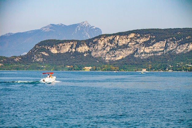 Vista del lago di garda in italia da bardolino durante l'estate