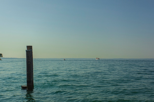 Vista del lago di grada da bardolino, un luogo famoso in italia