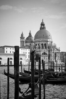 Vista del canal grande e della chiesa di santa maria della salute a venezia, italia
