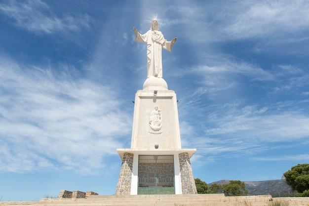 Vista della grandiosa costruzione della scultura del sacro cuore di gesù si trova in spagna