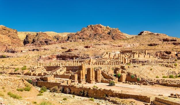 Vista del grande tempio e la porta ad arco a petra, in giordania