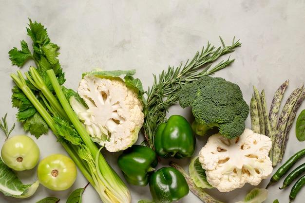 Sopra la disposizione delle verdure verdi di vista