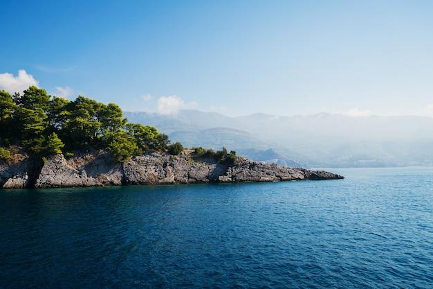 Vista sulla roccia grigia islend nel mare adriatico. riviera di budva, montenegro