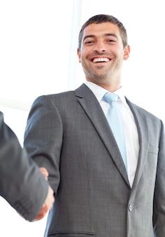 Sotto la vista di un uomo d'affari felice che conclude un affare con un partner
