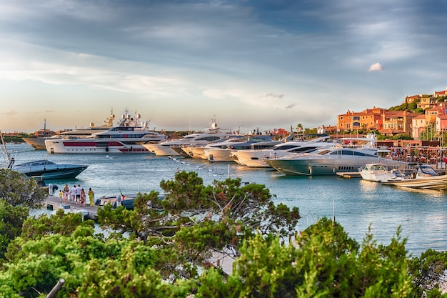 Vista del porto con yacht di lusso di porto cervo, sardegna, italia. la città è un resort famoso in tutto il mondo, una calamita per yacht di lusso e un parco giochi per miliardari