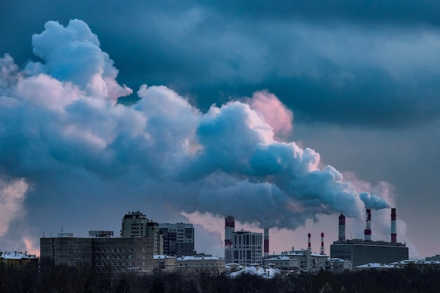 Vista della centrale termica e del vapore dai tubi.