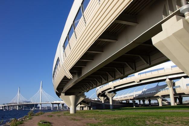 Vista del sistema di interscambio autostradale, dei suoi componenti strutturali e del ponte strallato