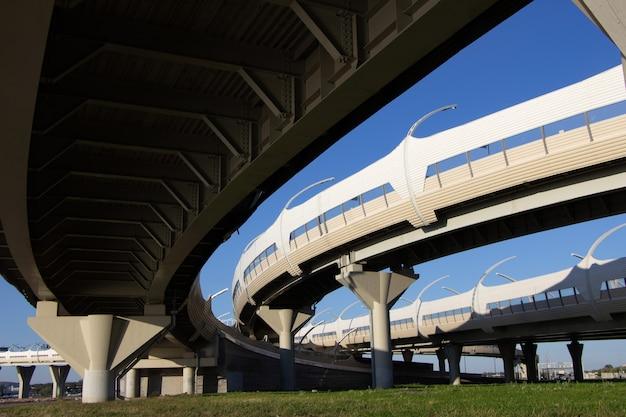 Vista del sistema di svincolo autostradale e dei suoi componenti strutturali da sotto i supporti