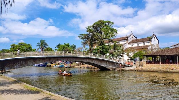 Vista del centro storico e ancoraggio della città di paraty