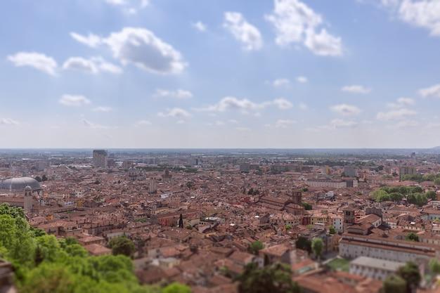 Veduta del centro storico della città di brescia lombardia, italia (effetto tilt–shift)