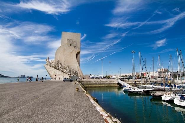 Vista del monumento storico alle scoperte, situato a lisbona, in portogallo.