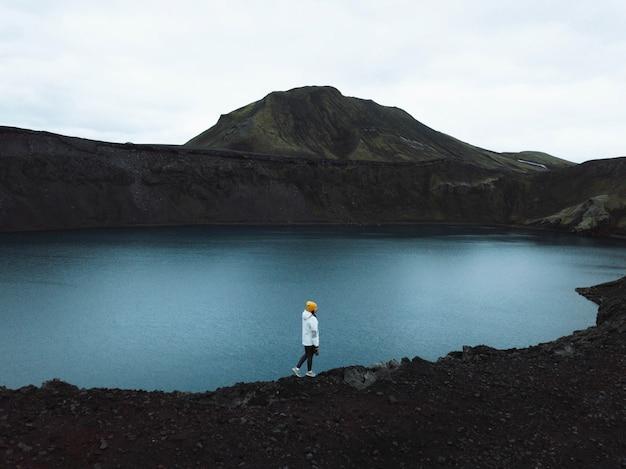 Vista del lago hnausapollur negli altopiani dell'islanda