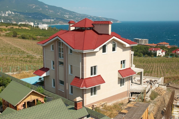 Vista sulle case con paesaggio rurale