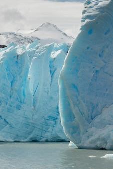 Vista degli iceberg nel lago, ghiacciaio grigio, lago grigio, parco nazionale di torres del paine, patagonia, cile