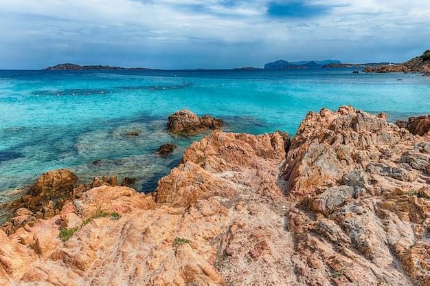 Vista dell'iconica spiaggia del principe, una delle spiagge più belle della costa smeralda, sardegna, italia