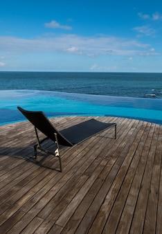 Vista della piscina a sfioro sul mare e sul cielo blu.