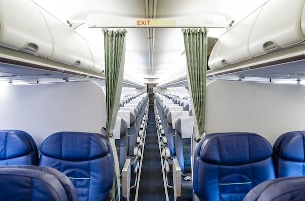 Vista dell'interno dalla business class e vista della classe economica nell'aereo.