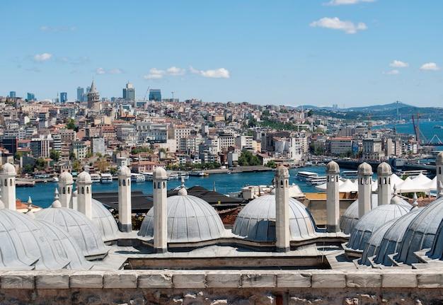 Una vista di istanbul, del bosforo e della torre galata dal ponte di osservazione della moschea di solimano.