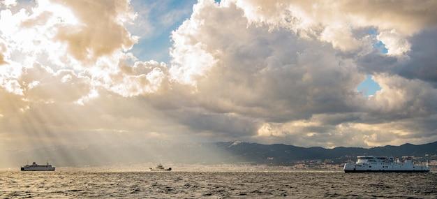 Vista dello stretto di messina italiano nel periodo invernale