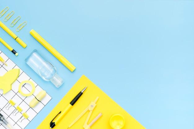 Sopra gli oggetti vista su sfondo blu