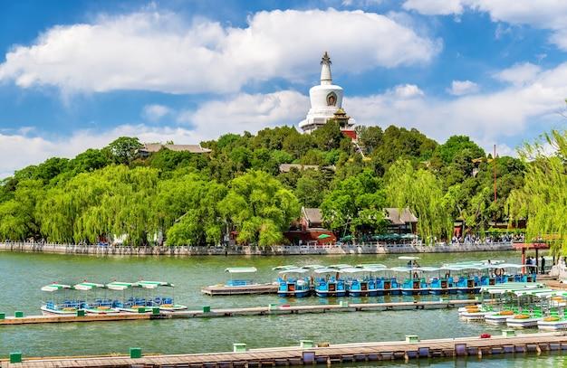 Vista dell'isola di giada con la pagoda bianca nel parco beihai - pechino, cina