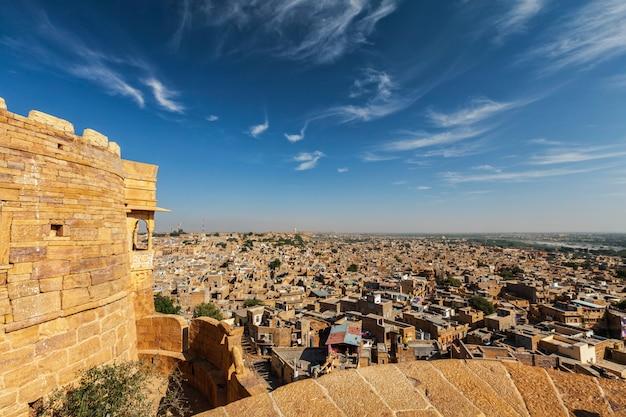 Vista della città di jaisalmer dalla fortificazione di jaisalmer, ragiastan, india